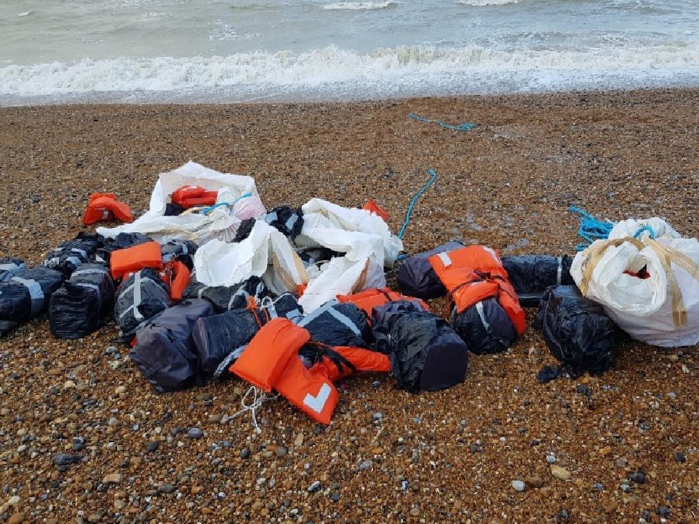 ingilterede sahilde can yeleklerine baglanmis 960 kilo kokain bulundu 0 PqHWaXOJ